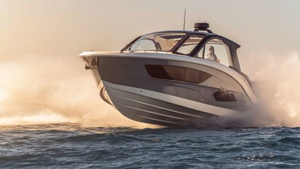 2021-Sundancer-370-Outboard-DAO370-running-port-bow-three-quarter-00846-select