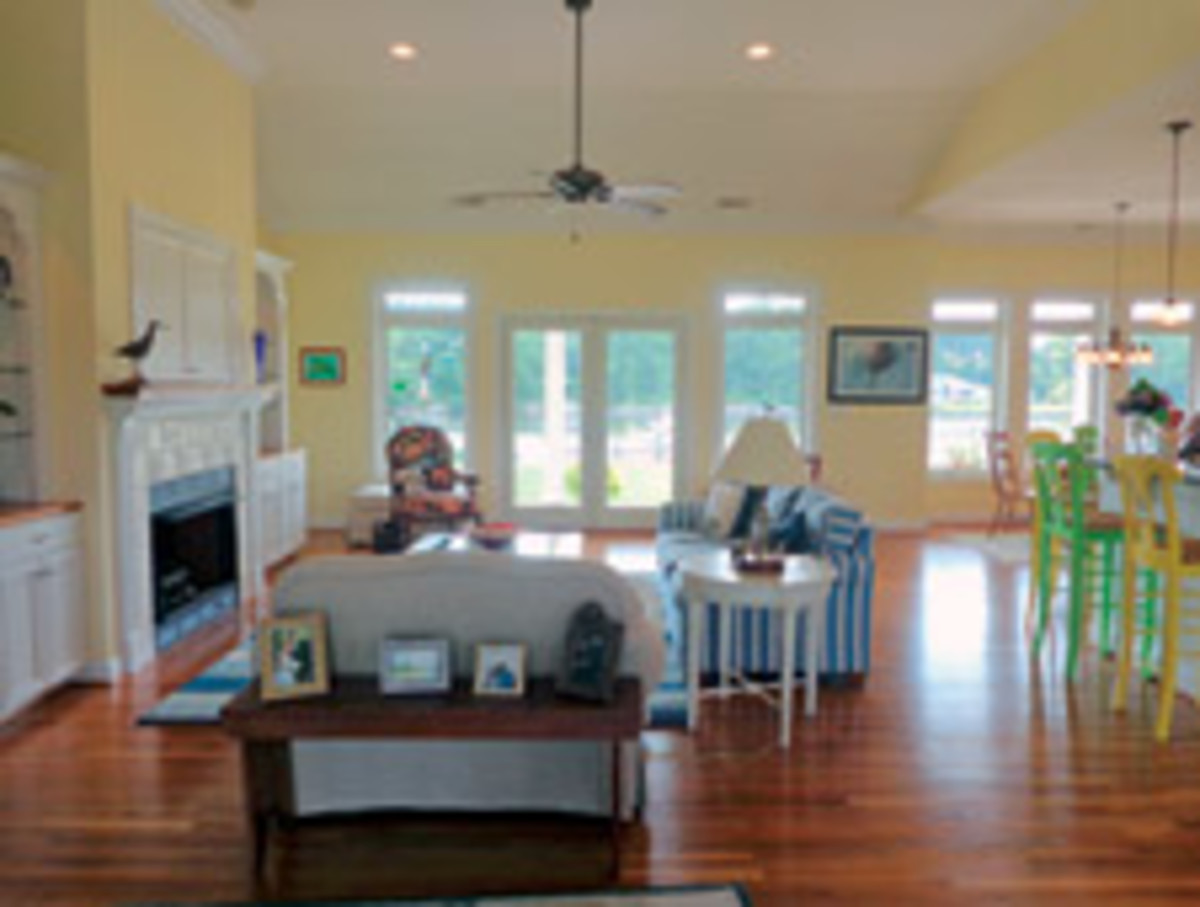 The open plan combines the living room, the kitchen and breakfast areas.