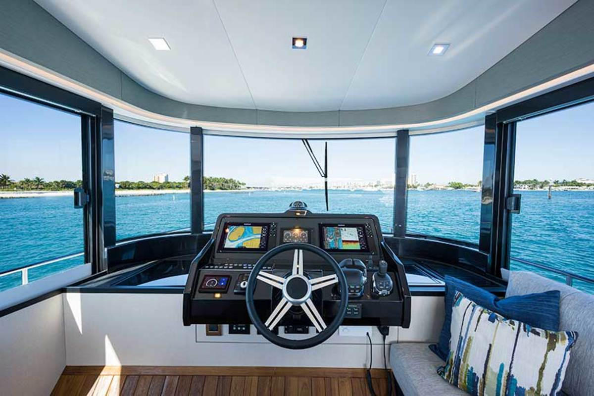 The centerline helm gives excellent sightlines in three directions