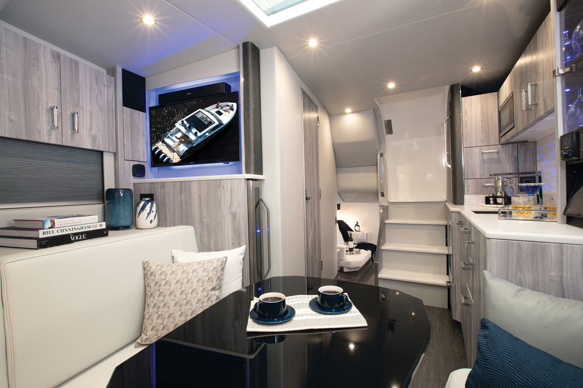 The Formula 500 SSC has an enclosed coupe-top salon on deck and an entertaining area in the cabin.